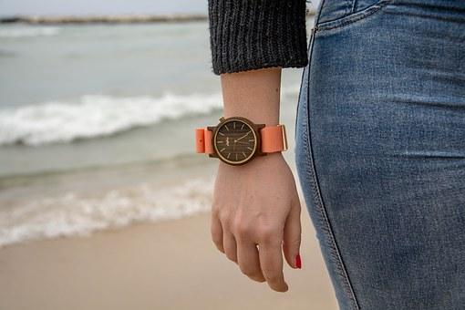 stylowy zegarek drewniany damski